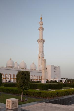 sheikh zayed mosque: The beautiful white and gold Grand Sheikh Zayed Mosque at sunset, Abu Dhabi, United Arabic Emirates