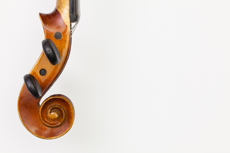 Top view close up shot of old violin on the white table. Flat Lay Image 免版税图像