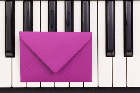 clavier: Funny arrangement envelope on the piano keybords - Flat lay image