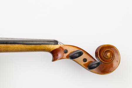 Pohled shora zblízka zastřelil staré housle na bílém stole. Plochý obraz
