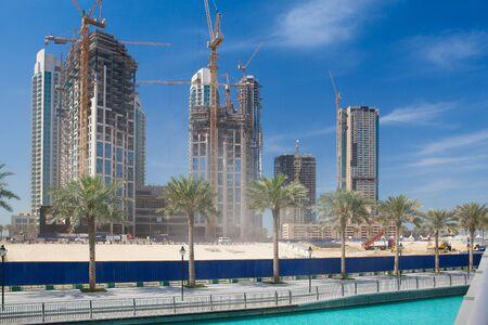 두바이, 아랍 에미리트 -2007 년 2 월 7 일 : 두바이, 아랍 에미레이트 연방의 장대 한 건설 에디토리얼
