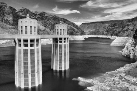 Hoover Dam Towers on the blue Lake Mead. Hoover Dam is a concrete arch-gravity dam in the Black Canyon of the Colorado River, on the border between the U.S. states of Nevada and Arizona. Archivio Fotografico - 91104879