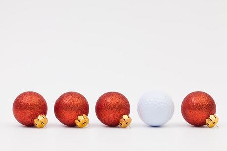 Rode Kerstmisdecoratie en witte golfbal op de witte achtergrond Stockfoto