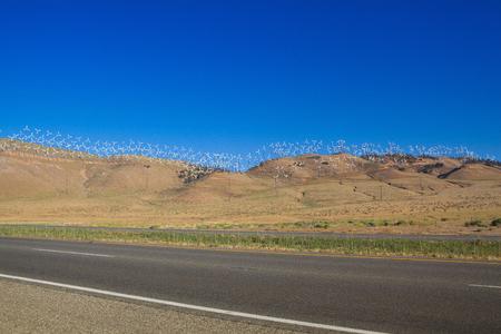 L'enorme parco eolico sulle colline nel deserto del Nevada, USA Archivio Fotografico - 91777354