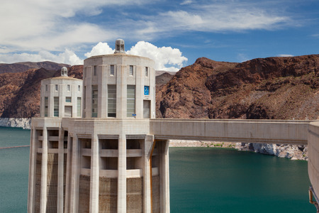 Hoover Dam Towers on the blue Lake Mead. Hoover Dam is a concrete arch-gravity dam in the Black Canyon of the Colorado River, on the border between the U.S. states of Nevada and Arizona. Archivio Fotografico - 105179557