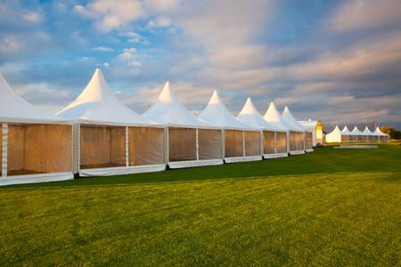 Mobiles Zelt für die Messe bei atemberaubendem Sonnenuntergang Standard-Bild