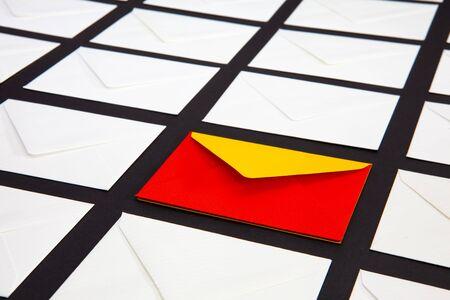 与白色和两种颜色信封的构成在桌上。照片适合各种假期和纪念日。