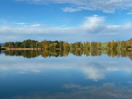Granja para la cría de peces. Mañana en el estanque de cría. República Checa