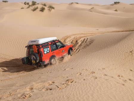 increasingly: SAHARA DESERTO TUNISIA 12 ottobre veicoli 4X4 navigano le dune del Sahara, come parte di una visita guidata, il 12 ottobre 2010. Nord Africa sta diventando sempre pi� popolare come meta di viaggi di via terra. Editoriali