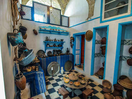 tunisie: Preserved typical Tunisian kitchen in a museum in Kairouan. Landscape view