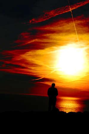 hombre orando: Cara peque�a de la silueta del humain al immensity: pryer y meditaci�n