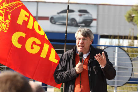 Maurizio Landini speaks to the workers in front of the gates of Fiat Cassino October 19, 2011 Editoriali