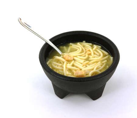 sopa de pollo: Una bonita vista de sopa de fideos de pollo en un taz�n negro. Foto de archivo