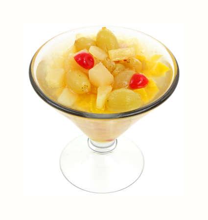 frutta sciroppata: Guardando cocktail conserve di frutta in un bicchiere