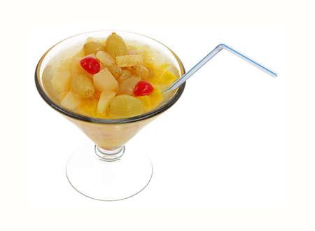 frutta sciroppata: Cocktail di frutta in scatola e il bicchiere di martini con paglia