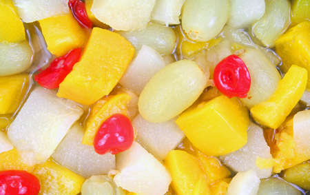 frutta sciroppata: Una vista stretta di una variet� di frutta in scatola