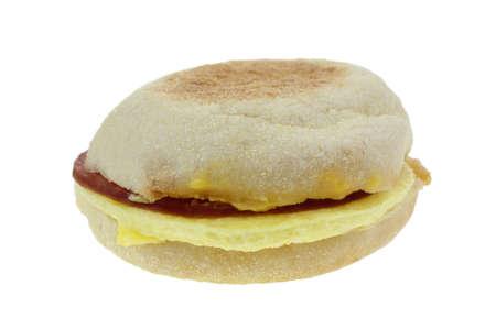 turkey bacon: La parte superiore di un muffin inglese con i bianchi d'uovo fritto e pancetta tacchino.