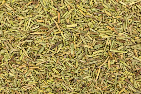 processed food: Una stretta vista aerea di foglie di rosmarino essiccate.