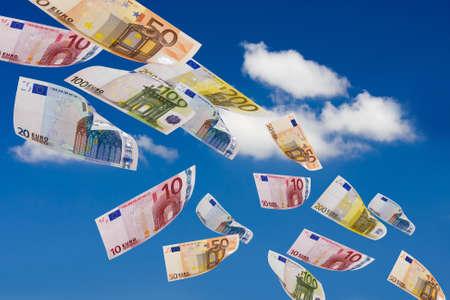 dinero euros: peniques del cielo Foto de archivo
