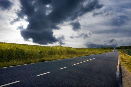 naturaleza: paisaje de la carretera se pierde en el horizonte