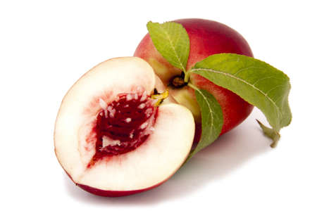 perzik op witte achtergrond Stockfoto