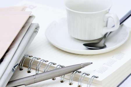 material de oficina con una taza de café