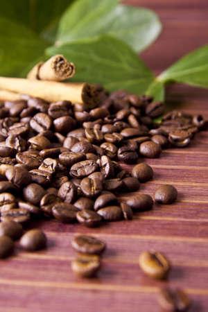 trabajo: granos de café tostado en el entorno natural de la industria del café