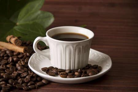 capuchino: taza de café y granos de café tostado