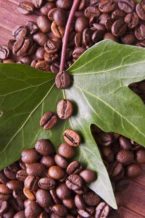 capuchino: granos de café tostado en el entorno natural de la industria del café