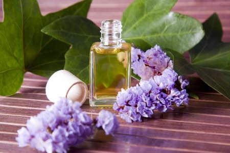 ambiente: botella de aceite de perfume en el ambiente del spa Stock Photo