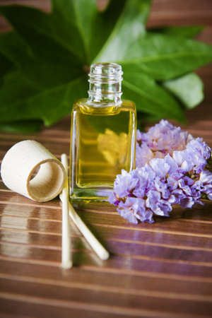 botella de aceite de perfume en el ambiente del spa Stock Photo