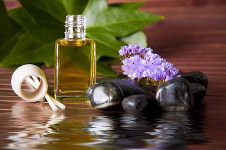 botella de aceite de perfume en el ambiente del spa Stock Photo - 11562110