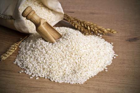 sacco juta: riso raccolto bianco in studio fotografico
