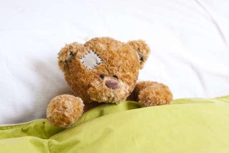 oso de peluche: oso de peluche en la cama Foto de archivo