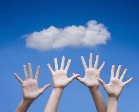 mains ouvertes: les mains de groupes ouverts comme un signe de bonheur