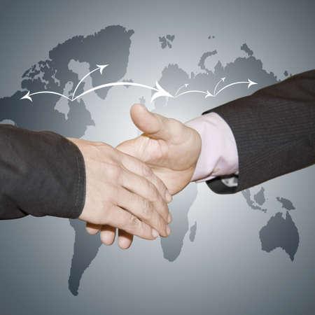 negocios internacionales: gente de negocios saludo con mapa del mundo de fondo