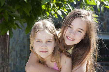 niña: muchachas jóvenes abrazos Foto de archivo