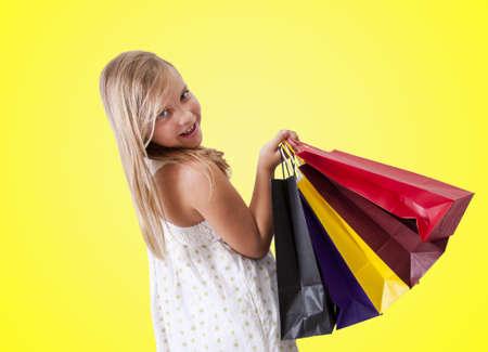 compras compulsivas: chica con bolsas de la compra