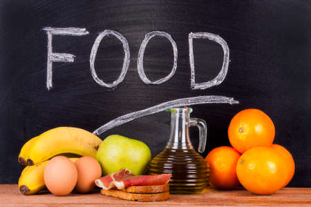 alimentacion balanceada: productos de la dieta equilibrada con pizarra