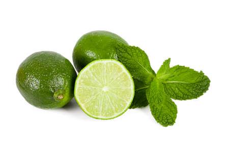Limoenen met muntblaadjes op een witte achtergrond Stockfoto - 24363013