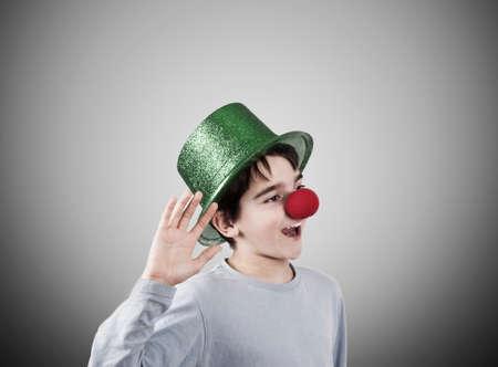 nez de clown: gar�on avec un chapeau de clown et le nez avec des expressions