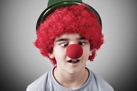 nez de clown: gar�on avec nez de clown et un chapeau sur fond
