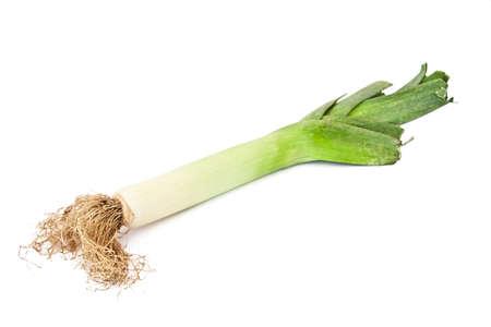 natuurlijke groene prei op een witte achtergrond