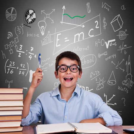 kind aan tafel met boeken van school Stockfoto