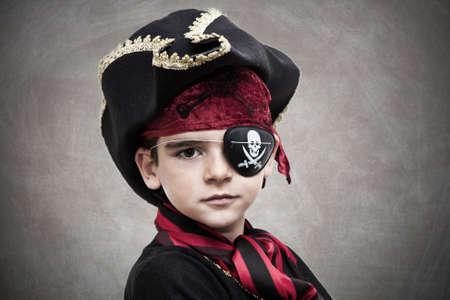 pirata: ni�o disfraz de pirata y el fondo Foto de archivo