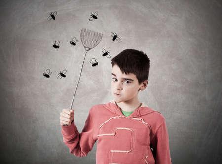 mosca: niño con expresión espantando moscas