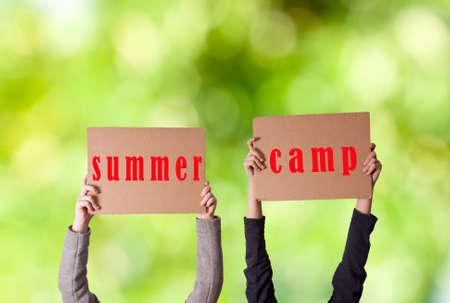 campamento de verano: manos con el campamento de verano signo