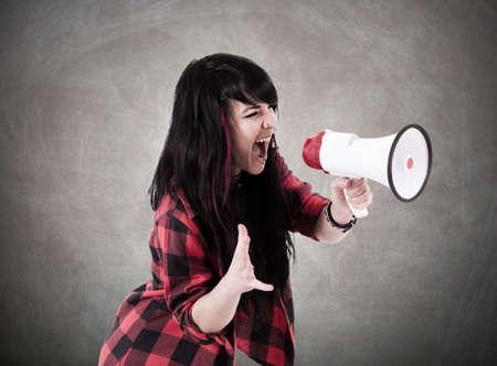 ni�a gritando: ni�a gritando con el meg�fono