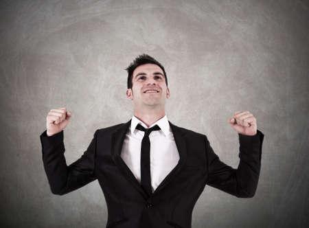 competitividad: hombre de negocios con una actitud de éxito