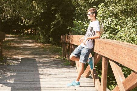 teen golf: ni�o esperando apoyado al aire libre